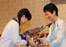 高円宮妃殿下から須藤真奈美さんへ 宮杯が手渡される